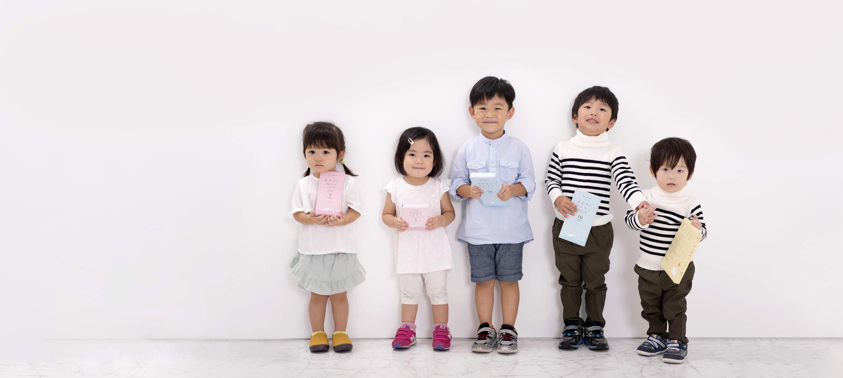 おやさいクレヨンを手に持って笑う子どもたちのスライド画像
